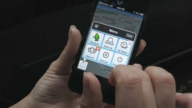 Un usuario consultando notificaciones en la interfaz de Waze